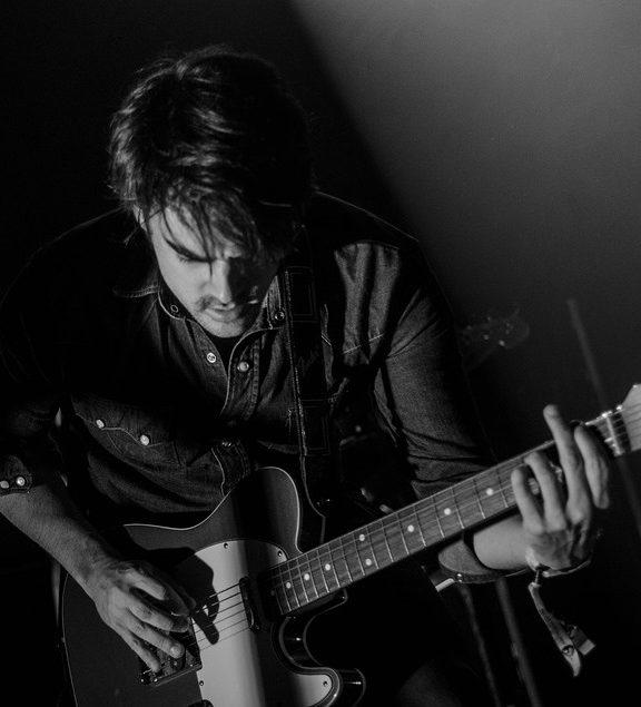 Gitary elektryczne i gitary basowe – porównanie, fakty i mity