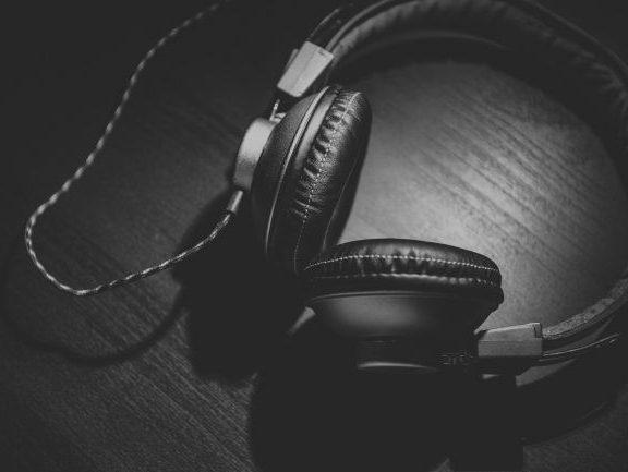 Słuchawki i akcesoria – słuchawki studyjne a DJ'skie