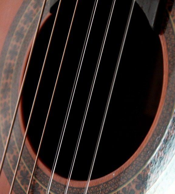 Jak prawidłowo wymienić struny w gitarze klasycznej?