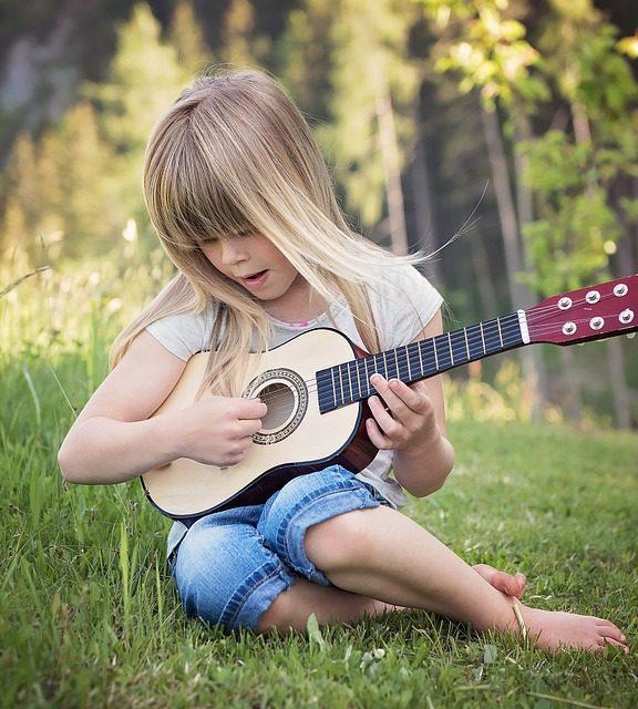 Na co zwrócić uwagę przy wyborze pierwszej gitary?