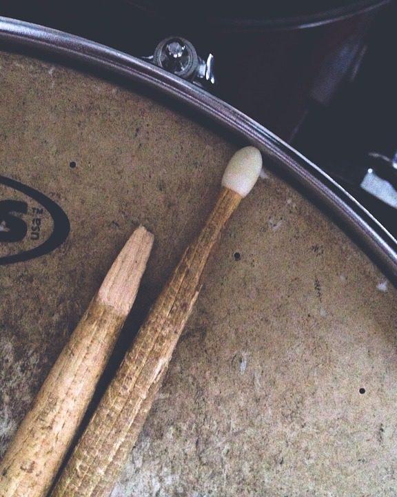 Perkusja w domu i studio – czyli lepsze i gorsze pomysły na tłumienie bębnów