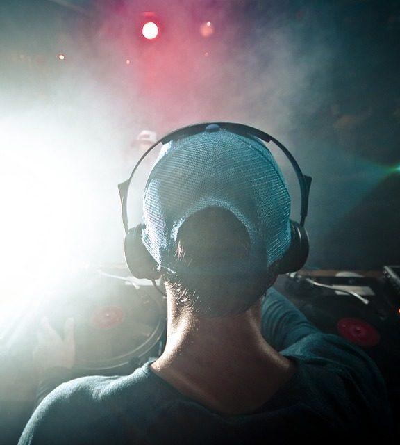 Kontrolery DJ, rodzaje oraz istotne elementy podczas pracy